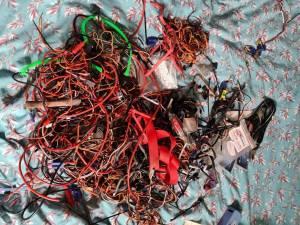 gros lot de câbles plus prises
