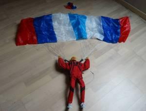 Parachutiste radiocommandé